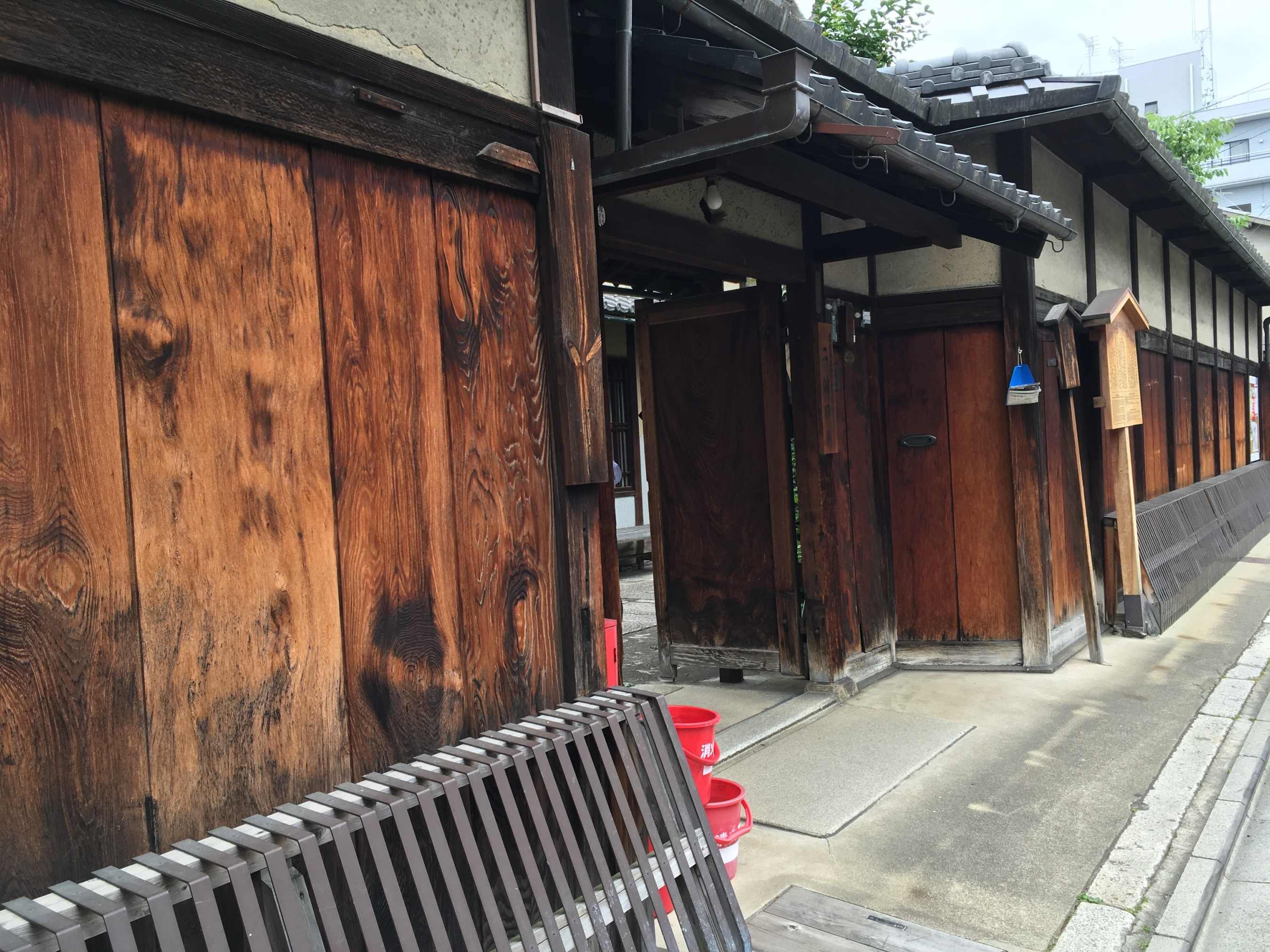 The threat of fire in the cities of Japan led to some innovative fire prevention measures. Nino Jinya, a illustrates several of them. These include hanging wet mats from hooks along the eaves of the house which as a metal edge around the roofline. In that way there is no wood or thatch exposed to fire.