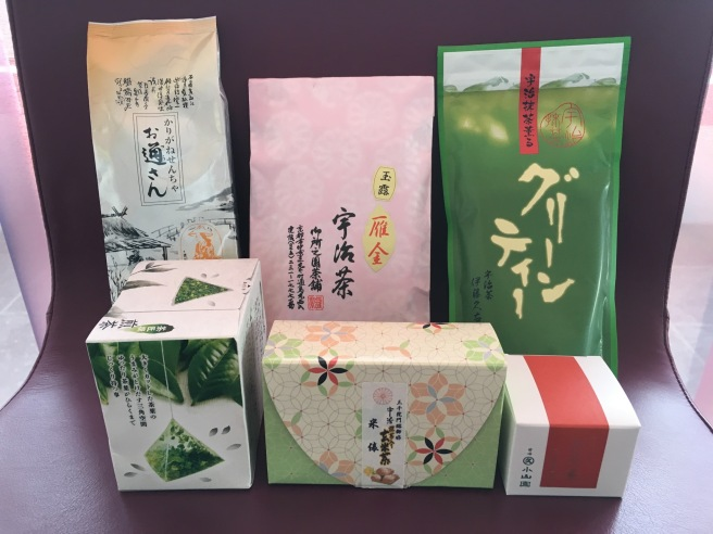 These are some of the different forms tea that I bought back from Japan. Two leaf teas at the back left and centre. A powdered tea at the back right which looks like it is used to make iced tea. This was given to me as a present. In the front row, two types of tea-leaves, the middle one with brown rice added. And on the bottom right matcha tea. This grade cannot be used to make koicha. That will have to wait for another time.